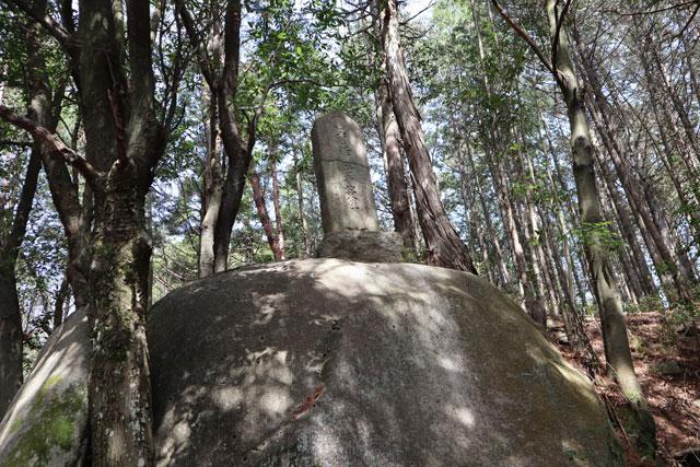 穴観音の周囲にある切断された石像
