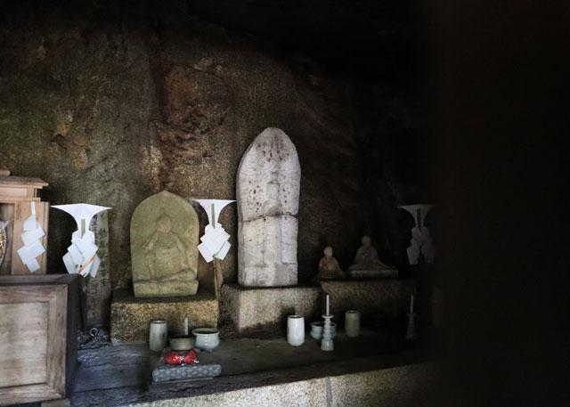 穴観音、お堂の内部は洞窟みたいになっている