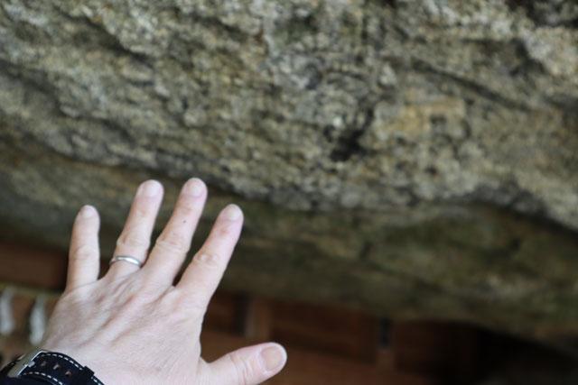 穴観音の岩に手をのばしたけれど届かない