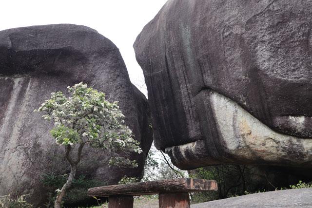 中津川市駒場の星ヶ見岩(キスをしてるみたいな巨岩)