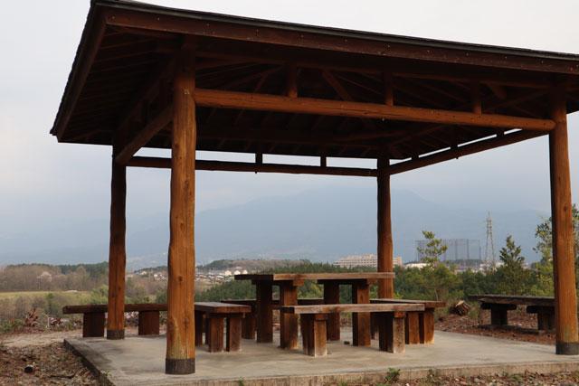 高台に屋根付きのベンチあり