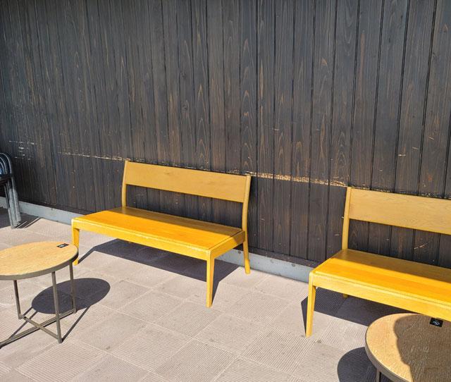 スタバ高山岡本店(外にもテーブルとベンチがある)