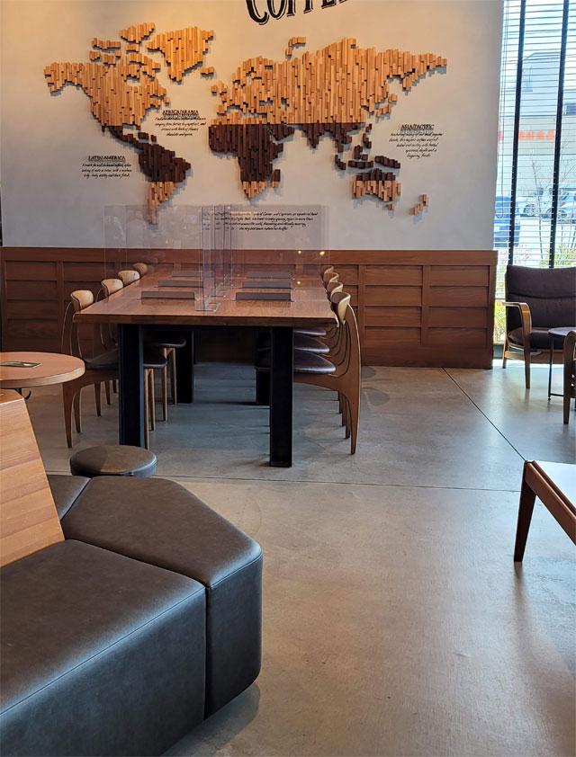 飛騨地方の木材をふんだんに使った家具と内装
