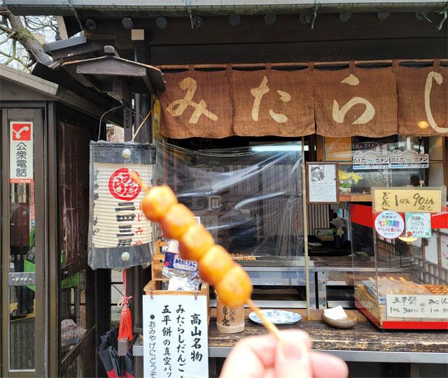 食べ終えたらお店の前の串入れに串を捨てる