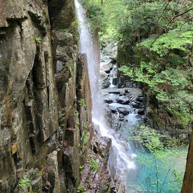 糸のように流れる観音滝