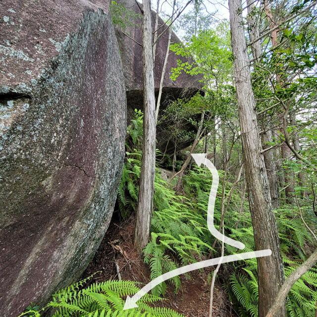 10メートルぐらいの巨岩
