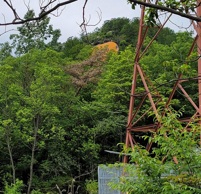 鉄塔と紅岩