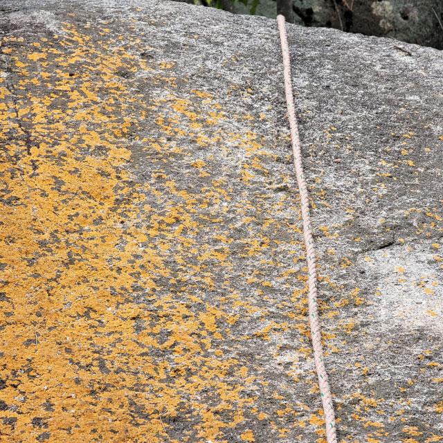 紅岩をよじのぼるロープ