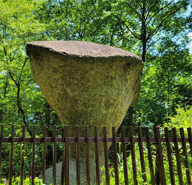 徳利を逆さまにしたみたいな傘岩