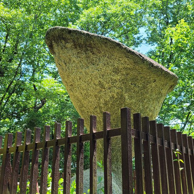 見る場所によって表情を変える傘岩