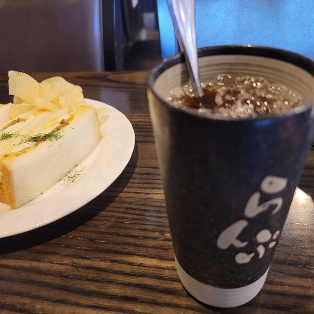 珈琲屋らんぷのアイスコーヒーとてりたまサンド