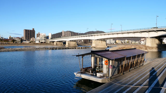 長良橋(好きな岐阜の橋ランキング2位)と長良川鵜飼船