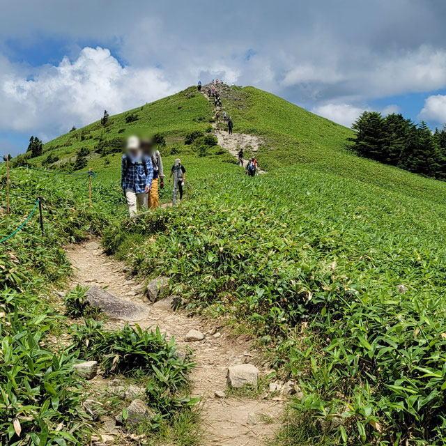 頂上から下山する人々