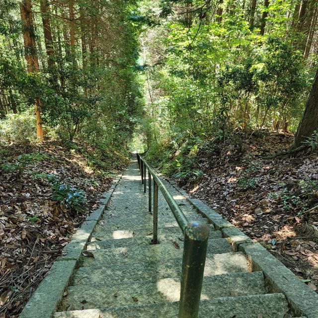 河合神社の御影石の階段500段