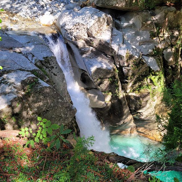 竜神の滝を竜神神社側から眺める