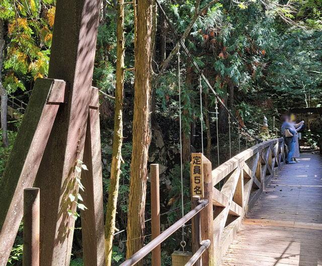 竜神の滝をバックに記念撮影