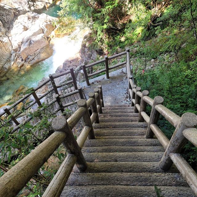 木でできた階段(歩きやすい)